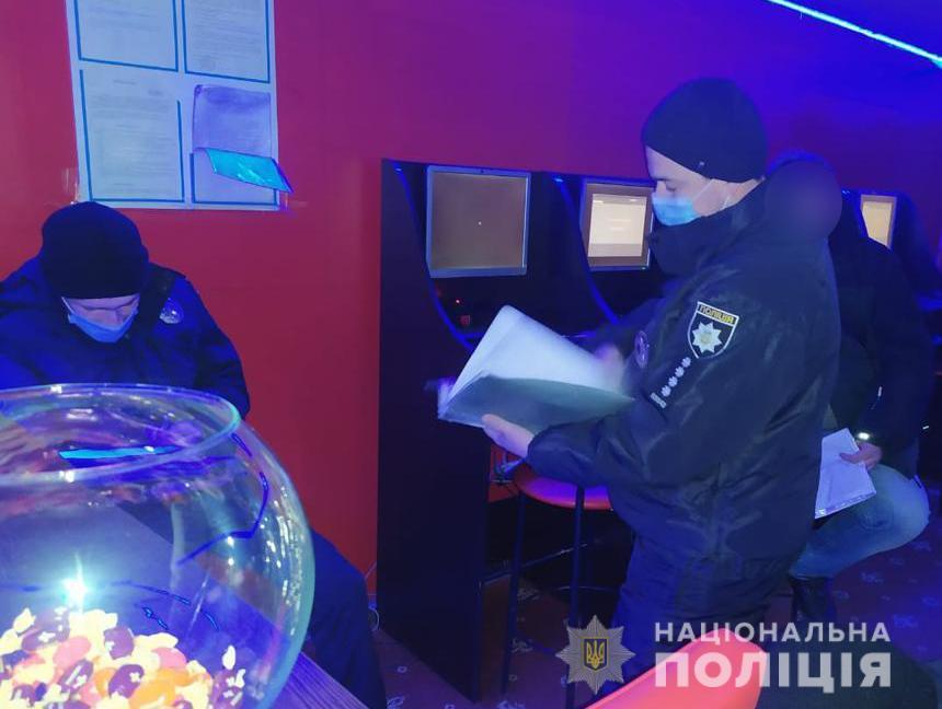 В Бердянську поліцейські припинили роботу грального закладу по проспекту Праці