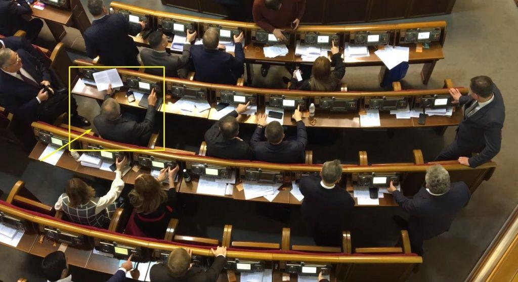 У Раді встановлено рекорд з кнопкодавства під час голосувань замість Олександра Пономарьова