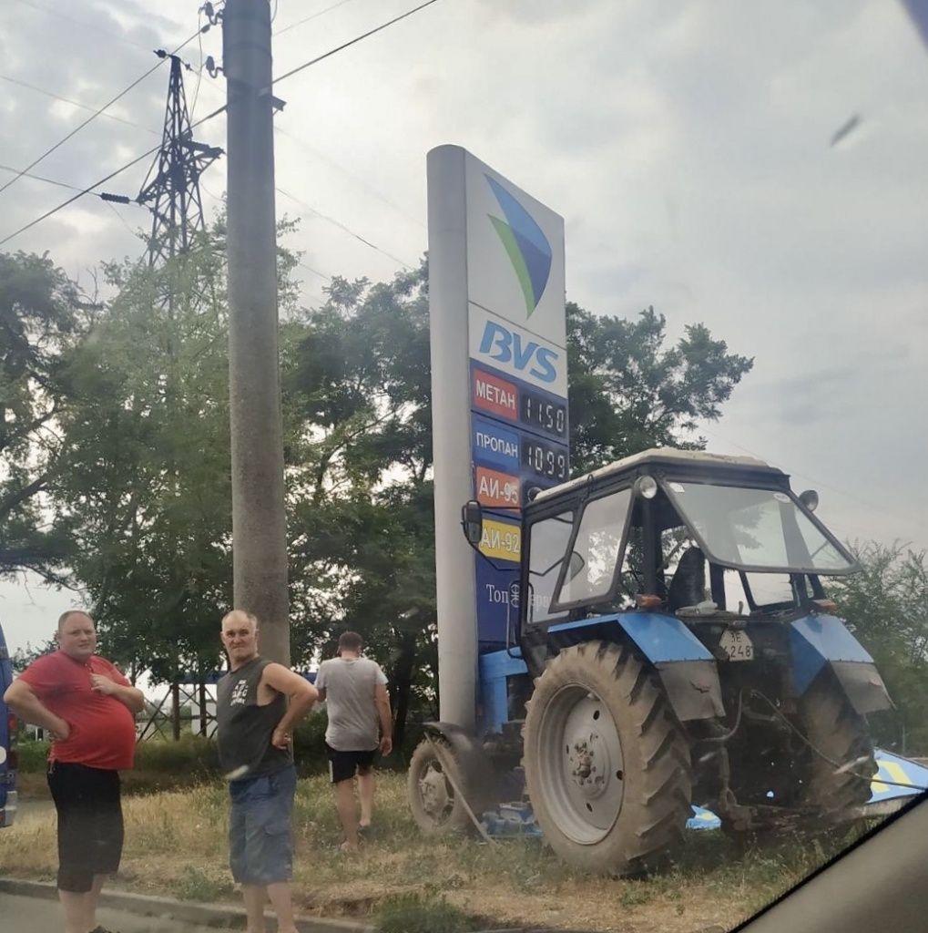 В Бердянске трактор «Беларусь» въехал в рекламный щит АЗС