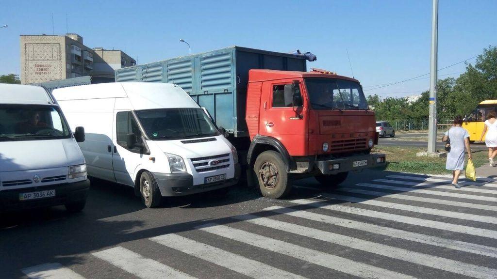 На остановке «Спорткомплекс» столкнулись микроавтобус и «КАМАЗ»