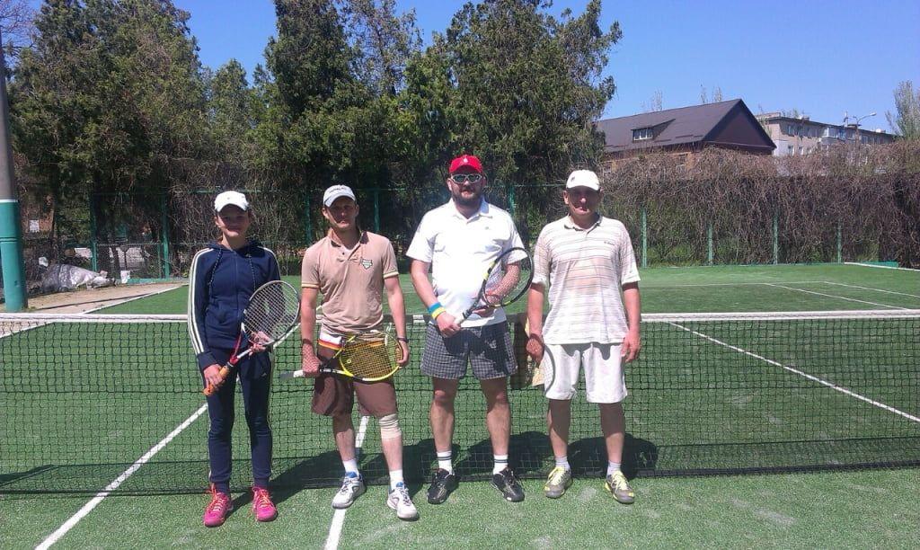 Сергей Литвак побеждает в одиночном теннисном турнире