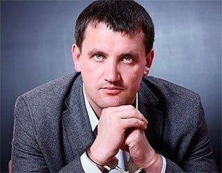 Бердянский суд передал на поруки двум народным депутатам подсудимого Виктора Цуканова