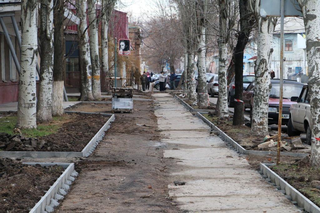 Завершальний етап – на Захисників України та вул. Портовій укладають тротуарну плитку