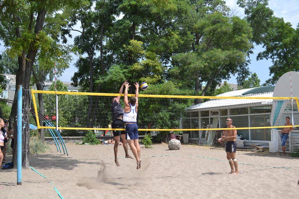 На центральном пляже прошел волейбольный турнир на призы «Мохито»