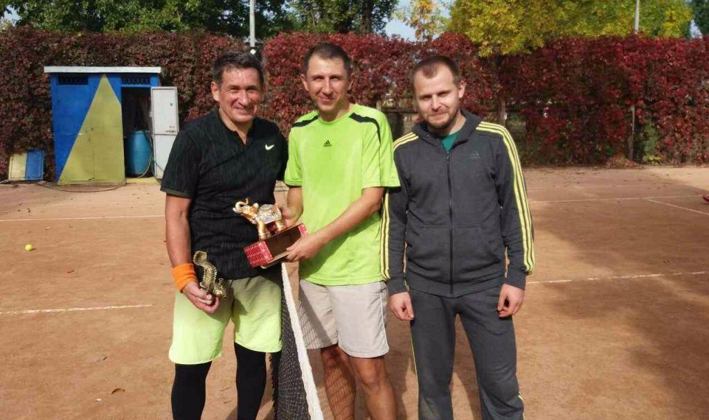 Виктор Сушко побеждает в одиночном теннисном турнире