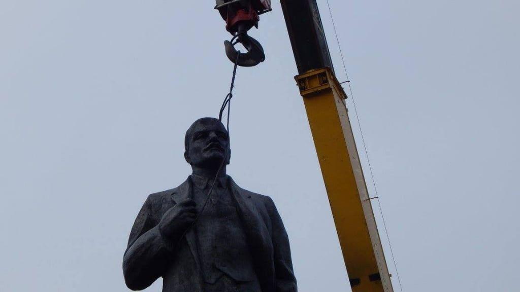 В Бердянске на АЗМОЛе демонтируют памятник Ленину