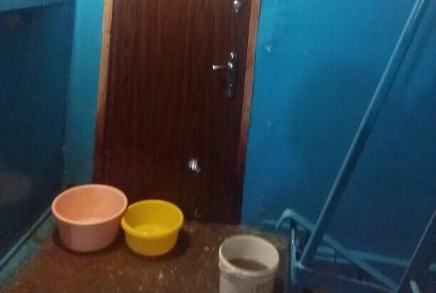 В Военном городке полностью затопило подъезд из-за пивной бутылки в сточной трубе