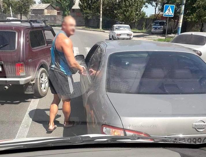 Поліція розшукала водія, який заблокував швидку допомогу у Бердянську