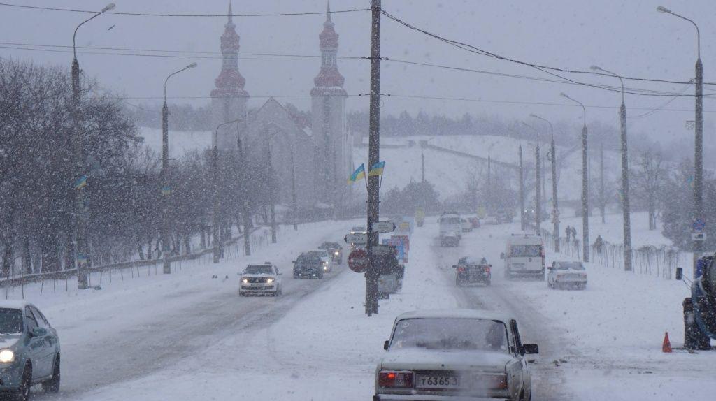 Снігопад в Бердянську: комунальники не встигають розчищати дороги