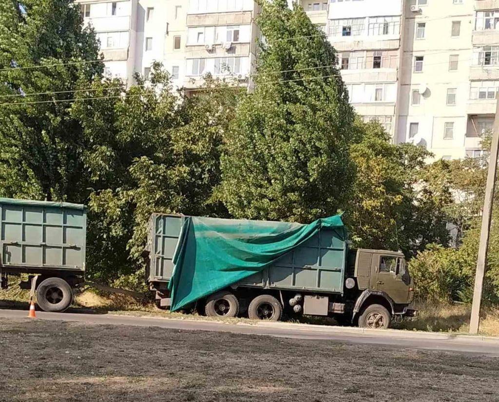 В Бердянске на Мелитопольском шоссе зерновоз пролетел разделительную полосу и выехал на встречку