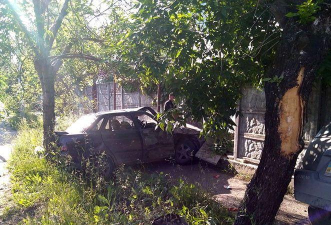 «Ниссан» и «ВАЗ» врезались друг в друга, перелетели через ливневку и пробили бетонный забор