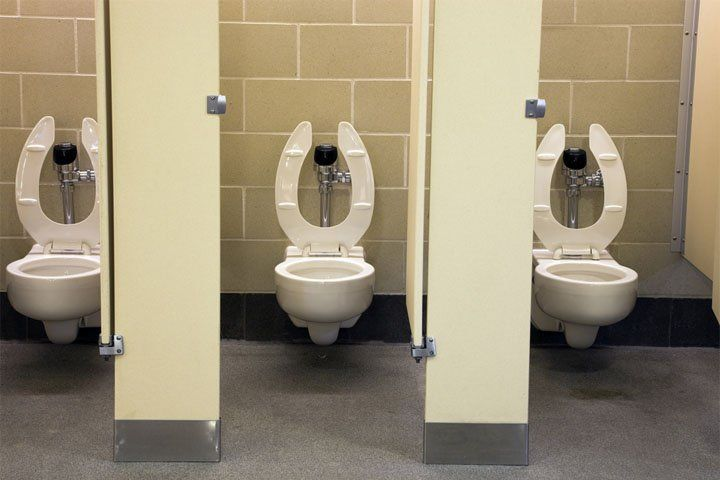 универ туалет камера