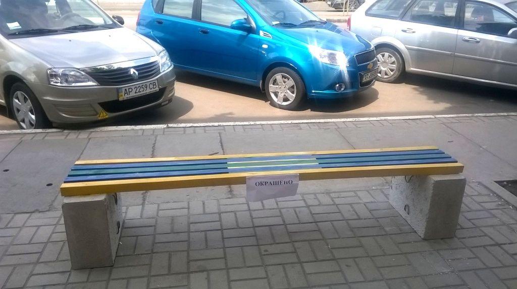 На участке Азовского проспекта коммунальщики установили новые лавочки