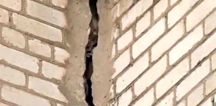 Аварийная многоэтажка по Мелитопольскому 89-а продолжает разрушаться
