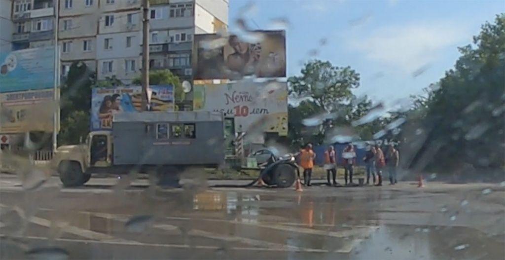 Водная горка. На перекрестке Мелитопольского шоссе и Довганюка крупный порыв