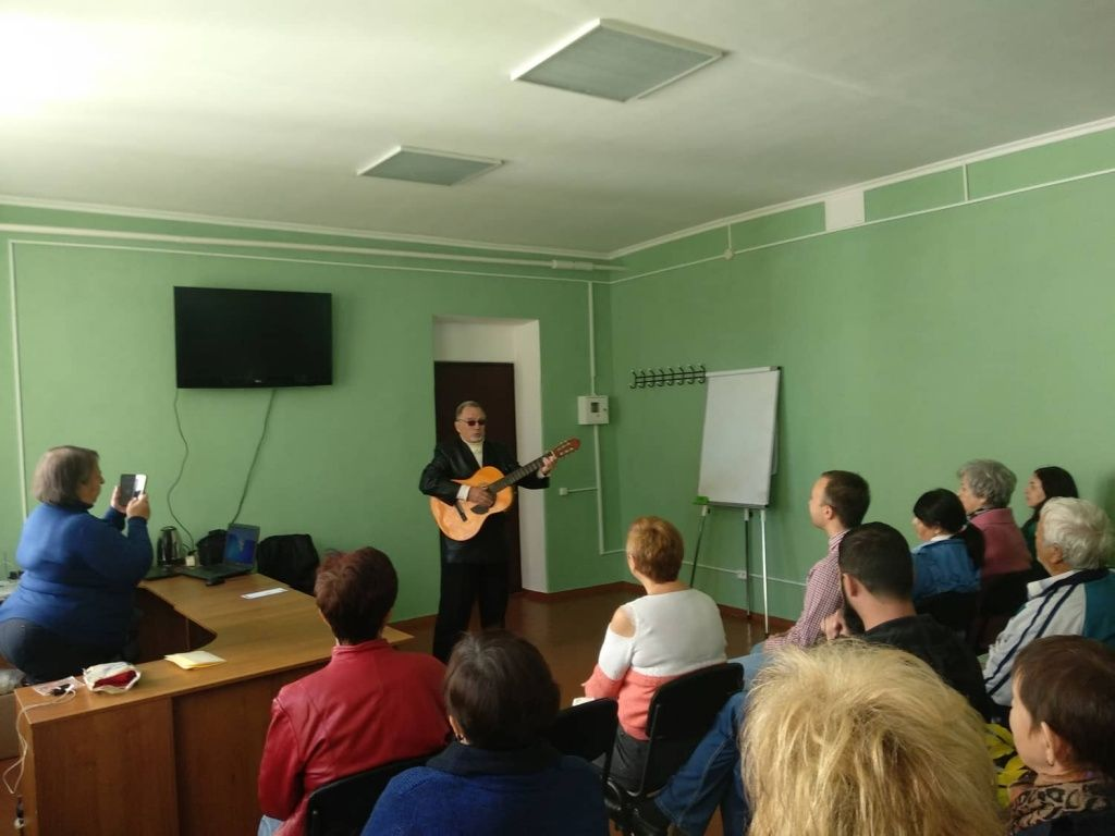 Дозвілля для пенсіонерів — благодійний фонд організував творчий вечір міського барда Георга Крючіна