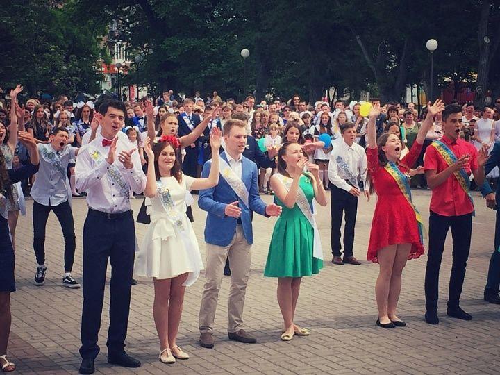 Выпускники бердянских школ станцуют прощальный вальс на Приморской площади