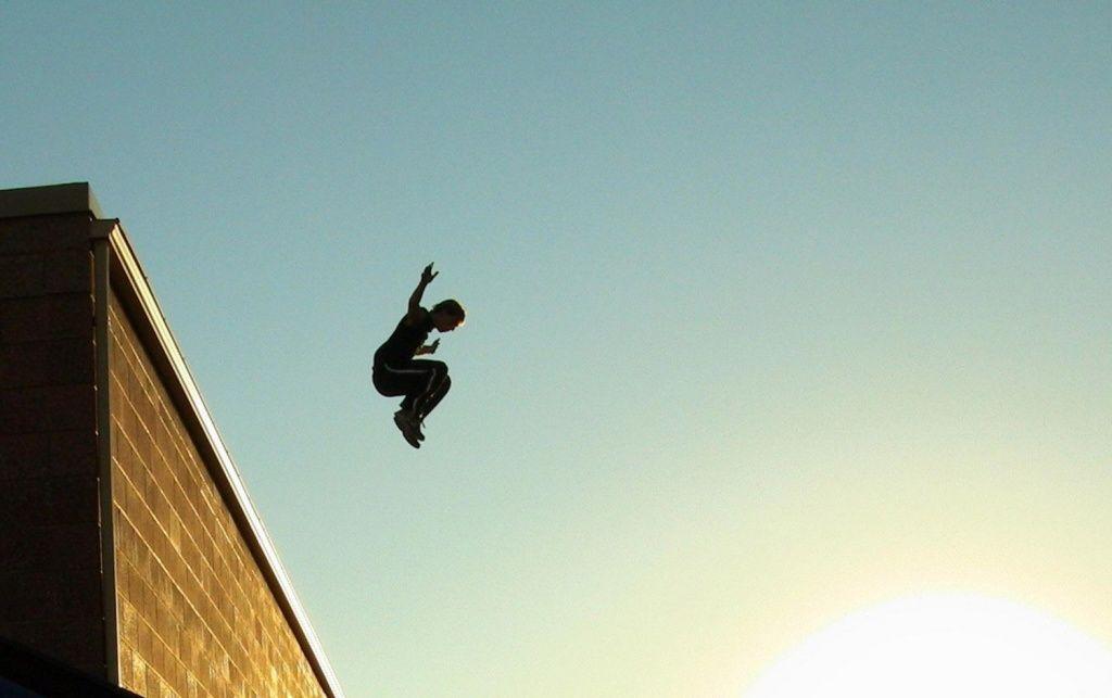 Состояние парня, сорвавшегося с крыши бердянского лицея, тяжелое