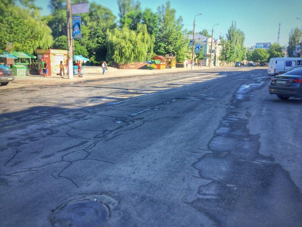 Утро в центре Бердянска начинается с полива дорог