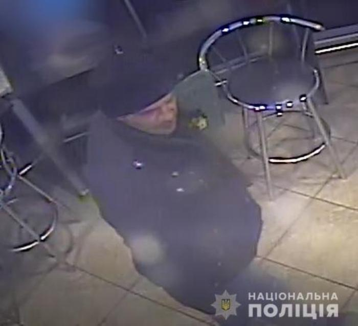 Бердянські поліцейські розшукують підозрюваного у пограбуванні