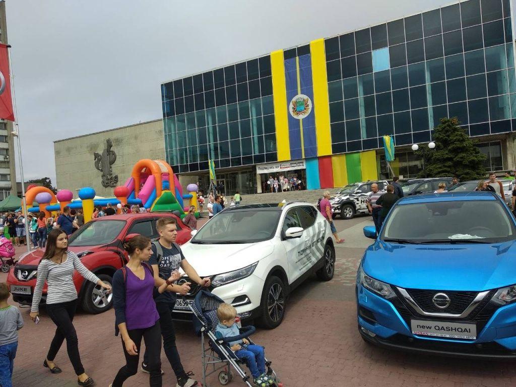 На площі біля Палацу культури відкрилась виставка елітних авто