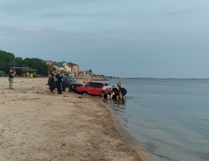Дрифт водителя «ВАЗа» на пляже №3 закончился тем, что машину пришлось доставать из моря