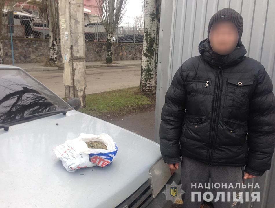 В Бердянську біля поштового відділення поліцейські вилучили близько 1,2 кілограми марихуани