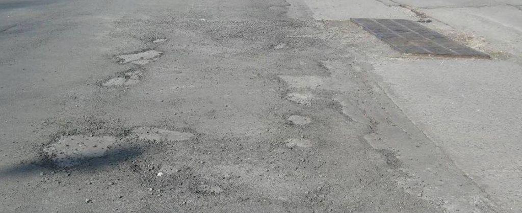 «Выравнивающий слой»? Еще одна отремонтированная дорога не пережила зиму