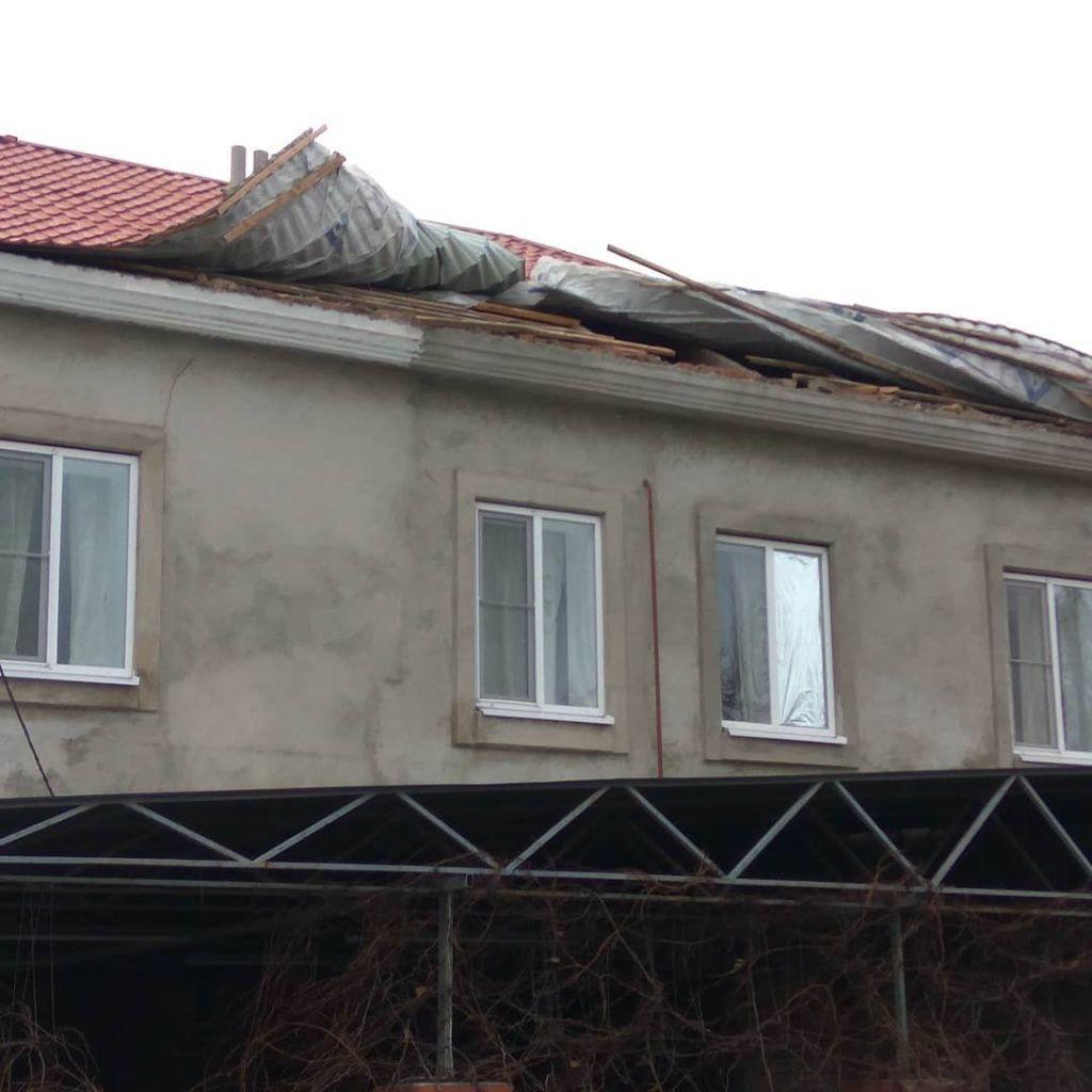 Стихія в Бердянську завалила три дерева та підриває дахи