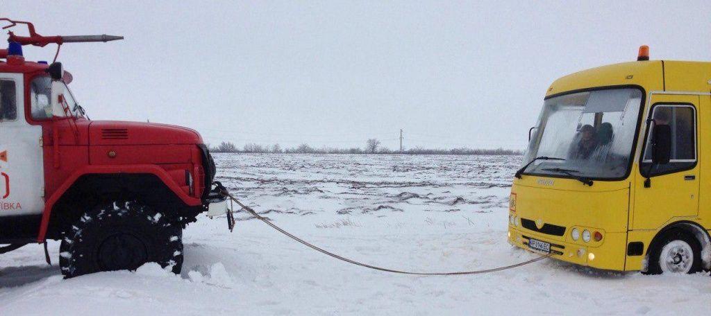 У Бердянську районі рятувальники витягнули зі снігового полону шкільний автобус з дітьми