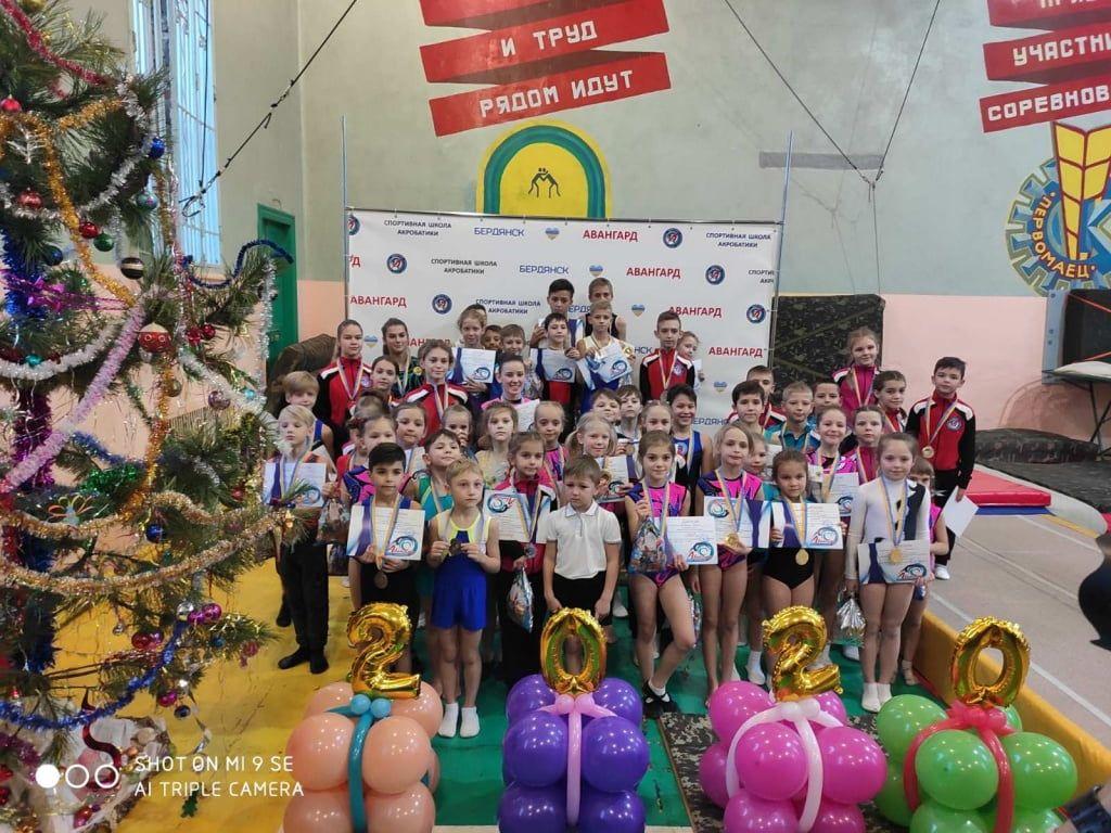 В Бердянской школе спортивной акробатики прошли новогодние соревнования