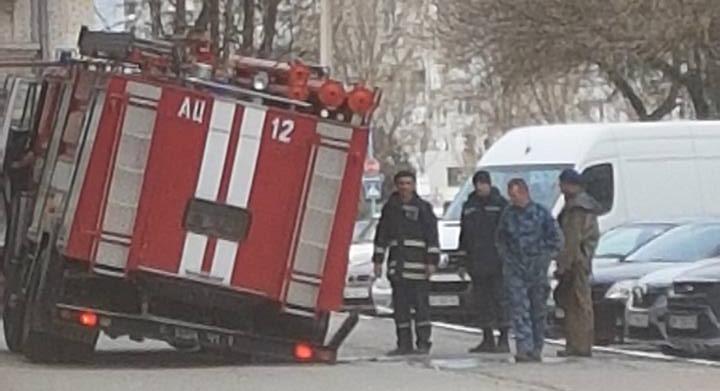 В Бердянске во время учений пожарные задним колесом провалились под землю