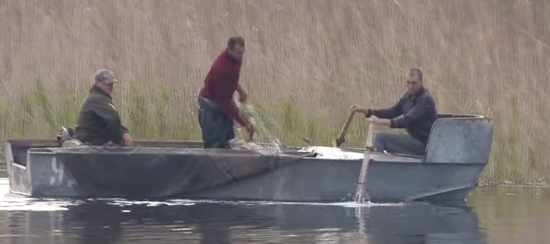 Бердянские рыбаки засняли браконьеров, которые трусили сетки на водохранилище