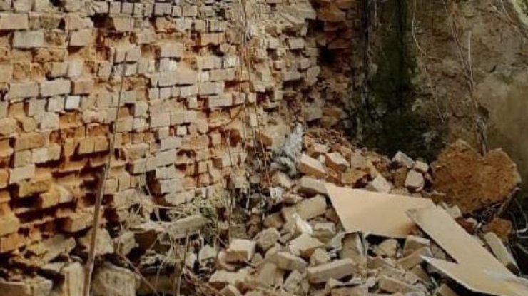 В Бердянске на 45-летнего мужчину завалилась стена. У пострадавшего тяжелые травмы