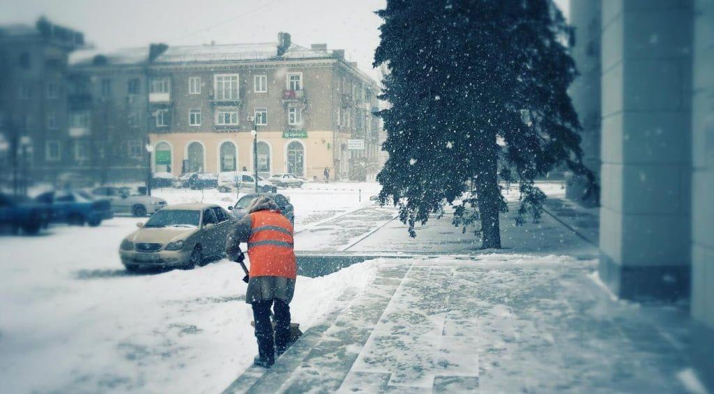 Комунальники прибирають місто від снігу