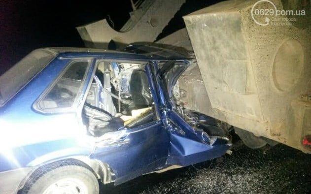 Под Мариуполем ВАЗ врезался втягач своенной техникой