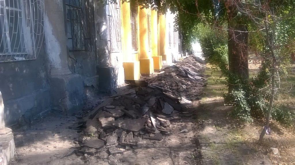 В парку Шмідта розпочали ремонт тротуару