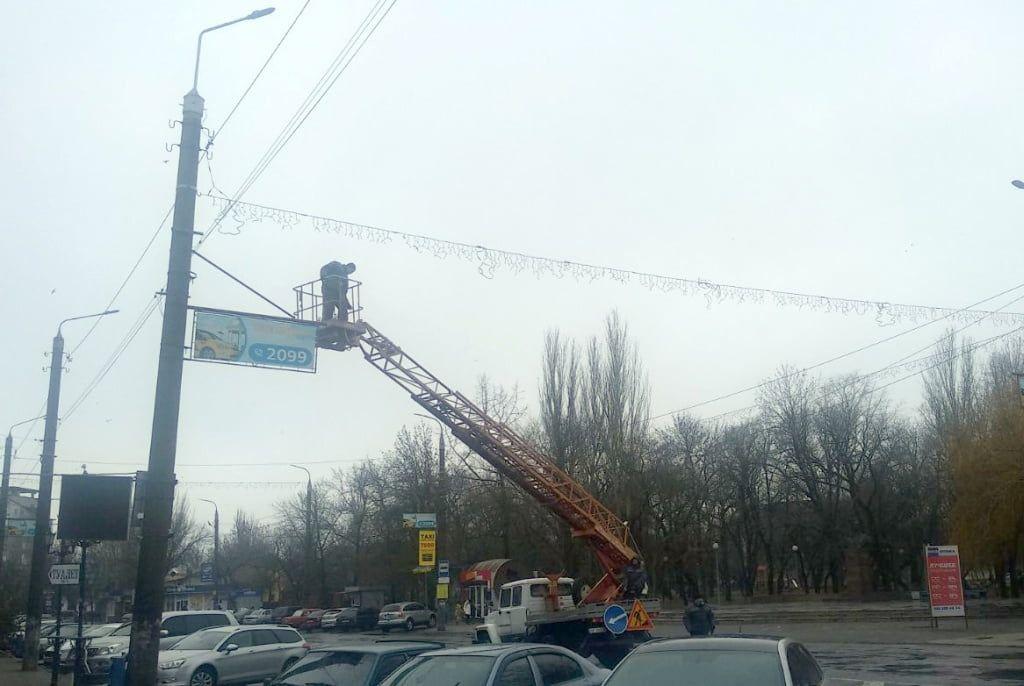 В Бердянську монтують новорічну ілюмінацію
