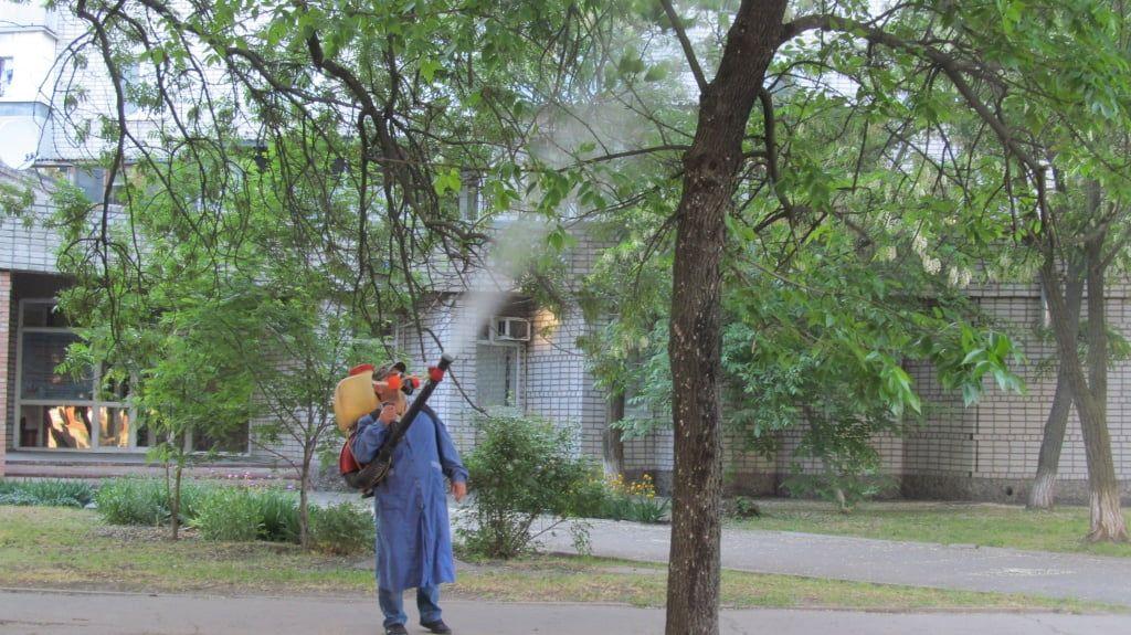 Комунальні служби обприскують дерева від гусіні та інших шкідників