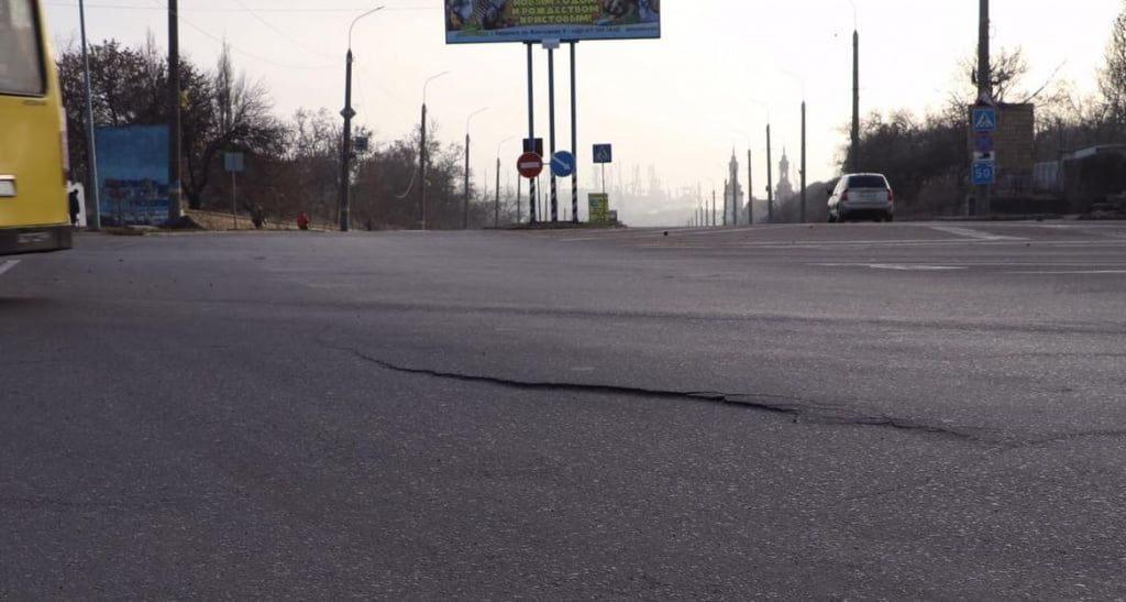 Возле аварийного коллектора лопнул асфальт и начала проседать дорога