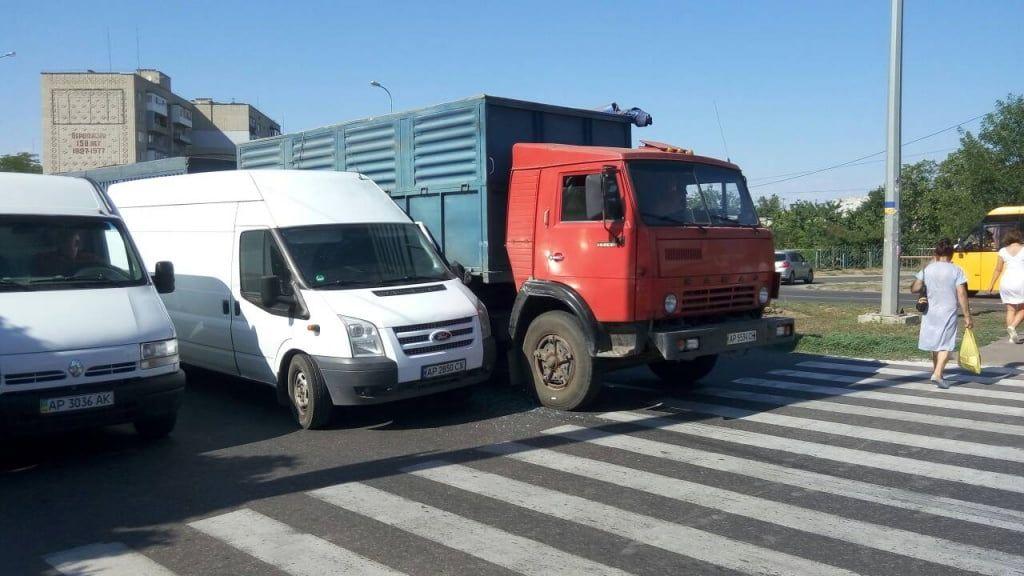 На Мелітопольському шосе обладнають пішохідні зони поблизу переходів