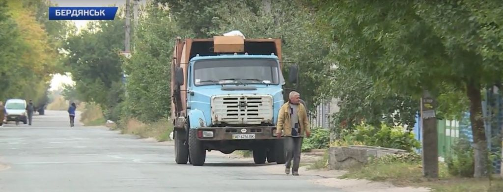 Будні бердянських комунальників, які прибирають сміття