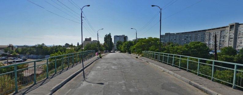 Проїзд через «Горбатий міст» можуть перекрити для вантажівок