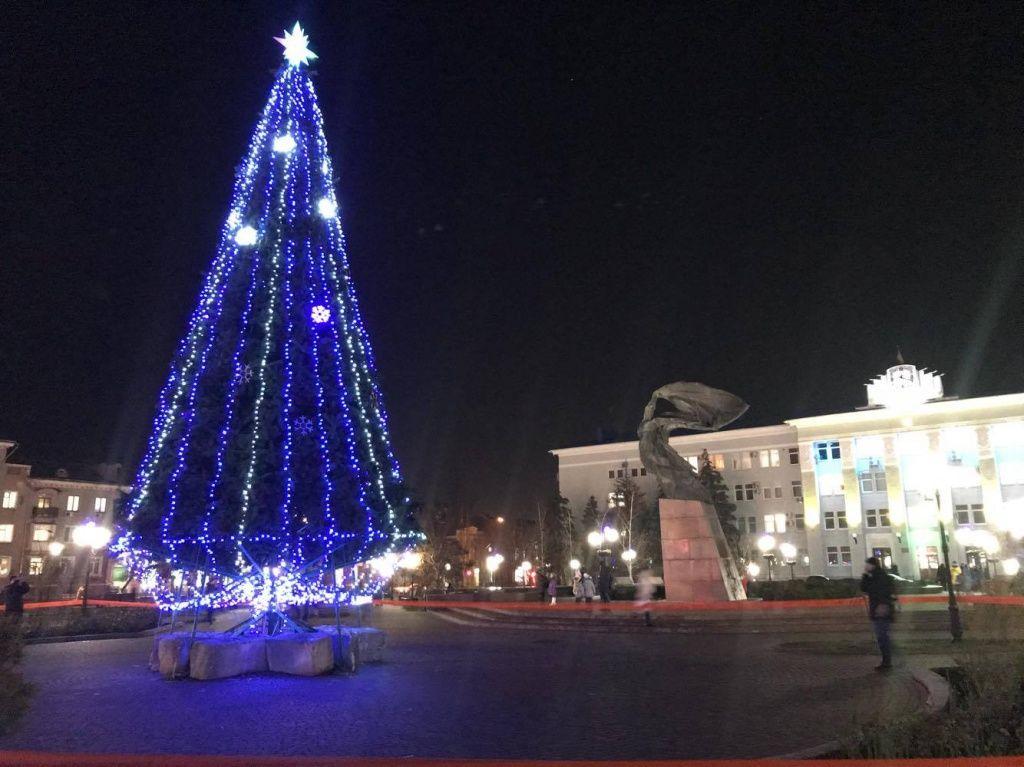 В Бердянську встановили і прикрасили головну Новорічну ялинку міста
