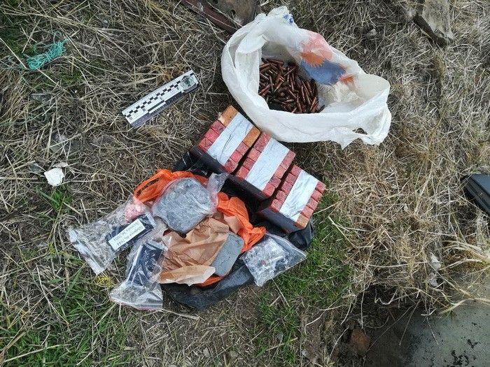 У Бердянському районі СБУ виявила дві схованки з вибухівкою та гранатами