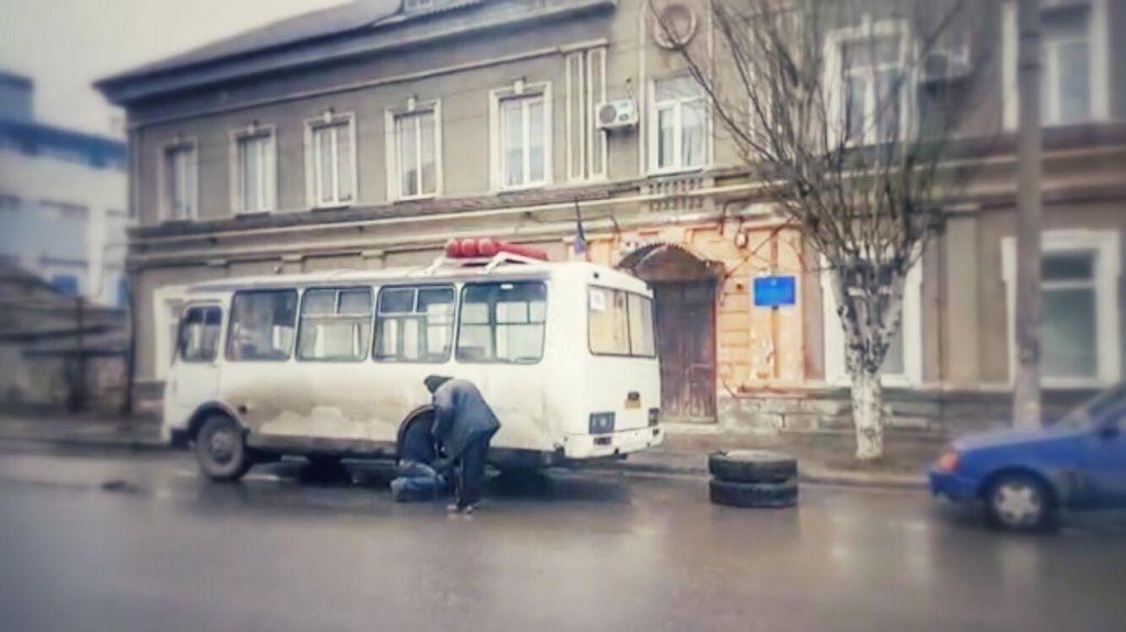 В Бердянске у маршрутки во время движения отпало колесо