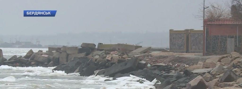 Як в Бердянську борються зі сміттям, яке скидають у море