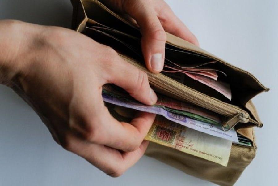 Злоумышленник избил пенсионерку и украл деньги