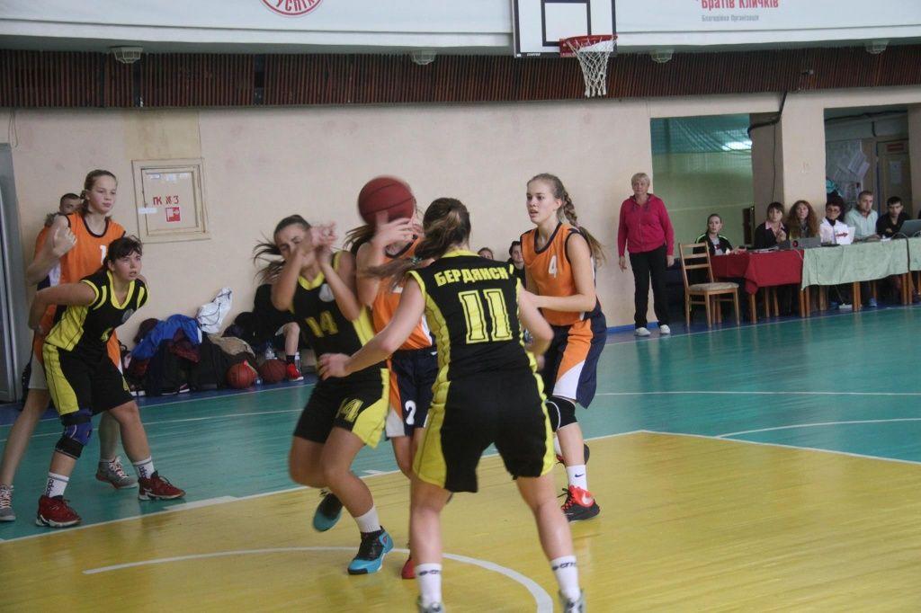 Бердянские баскетболистки U-16 выдали победный тур в Киеве