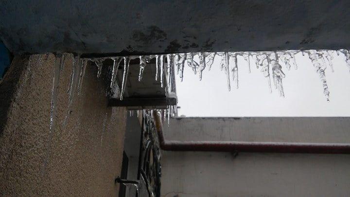 Лед, сорвавшийся с крыши в центре Бердянска, едва не травмировал ребенка
